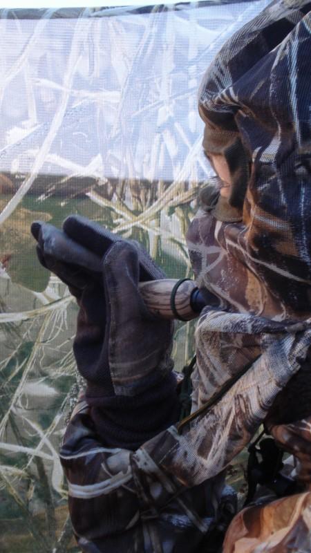Ein Krähenlocker auf der Krähenjagd im Tarnschirm mit Tarngardine und Tarnmaske.