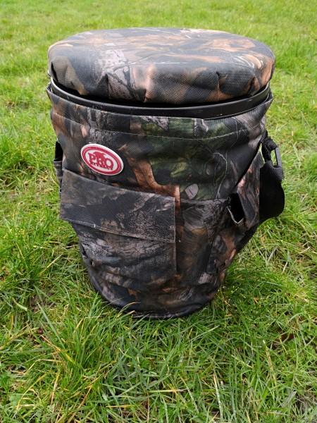 Der Sitzeimer für die Jagd wird mit dem verstellbaren Gurt über Schulter oder in der Hand getragen.