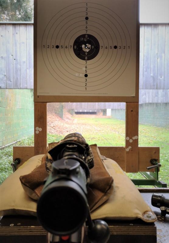 Waffe auf dem Stand führen